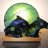TV lampe Majestic dauphins Blue Mountain pottery L'Allumeur J539